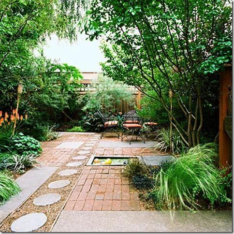 Un patio trasero con personalidad jardindecora flores y for Jardines traseros