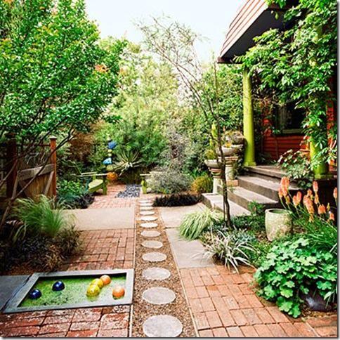Un patio trasero con personalidad jardindecora flores y for Disenos de patios traseros
