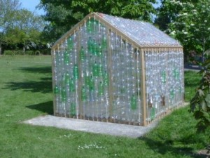 Construir un invernadero con botellas de pl stico - Construir una casa barata ...