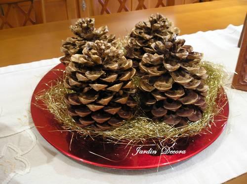 Centro de mesa navide o con pi as fundaci ilersis - Manualidades navidad con pinas ...
