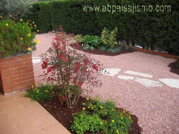 Jard n con grava jardindecora flores y plantas for Decoracion jardin grava