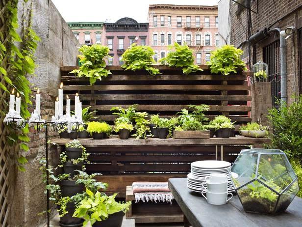 Ambiente r stico para un patio interior jardindecora - Plantas para patio interior ...