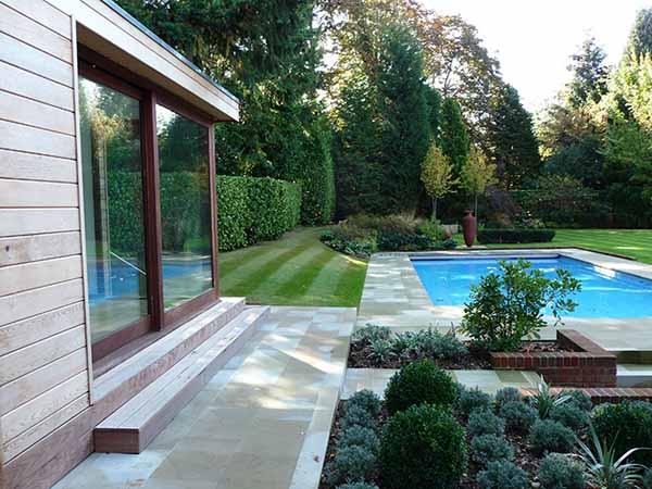 Jardines con piscina mantenimiento y decoraci n for Diseno jardin con piscina