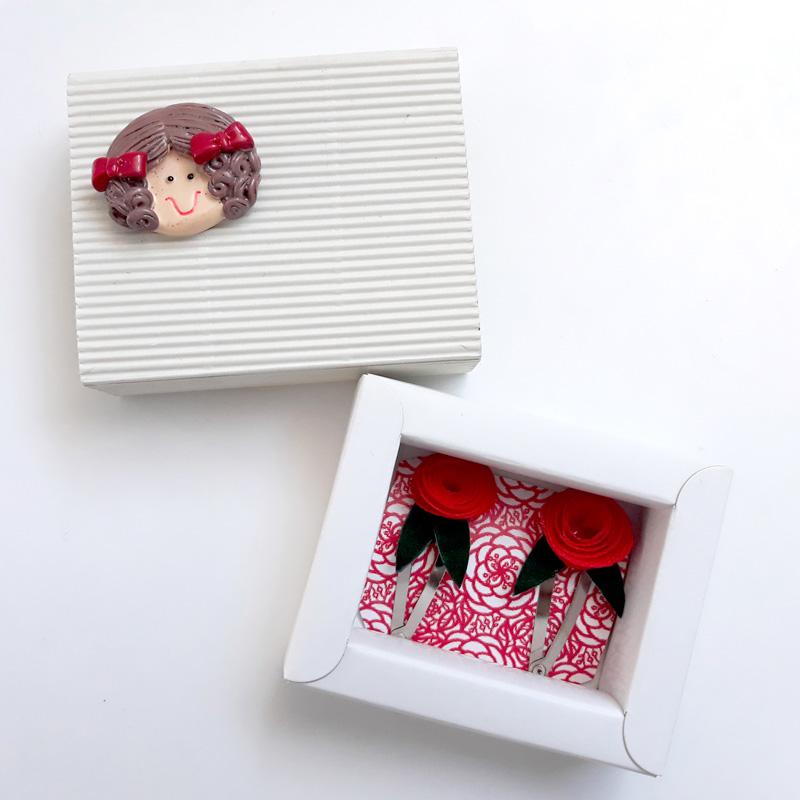 Capsa de cartró amb 2 clips decorats amb una rosa de Sant Jordi 2018, Fundació Privada Ilersis