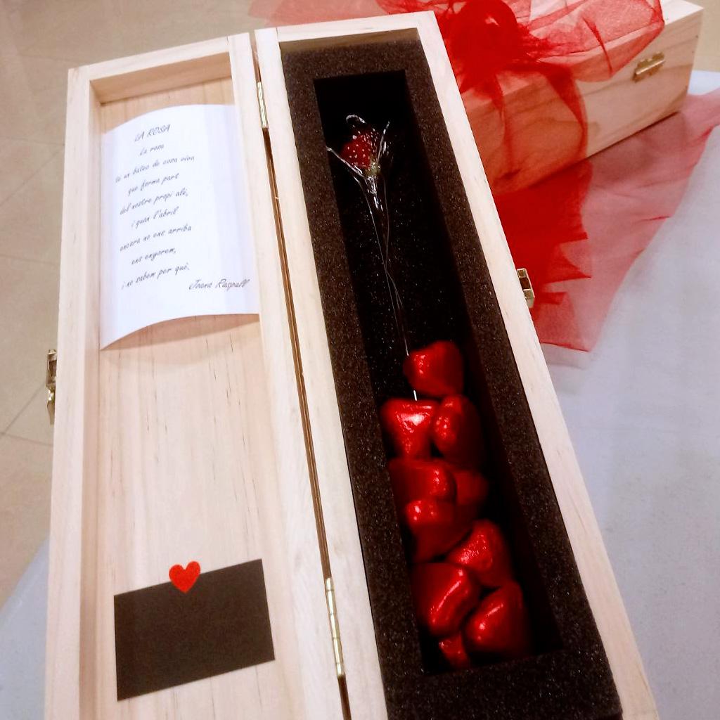 Estoig de fusta amb rosa de vidre i bombons per Sant Jordi 2018, Fundació Privada Ilersis