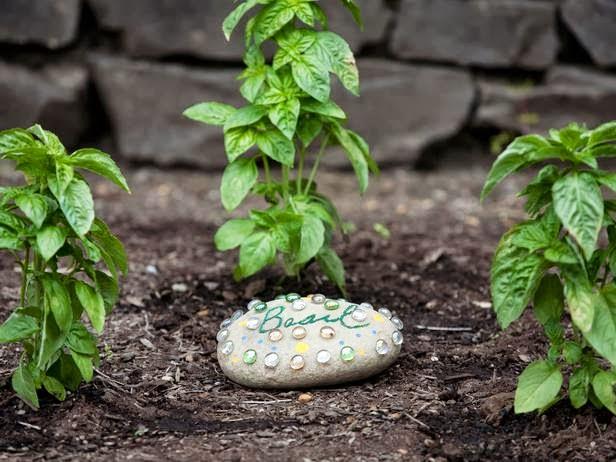 Piedras pintadas a mano para el jard n fundaci ilersis for Como decorar mi patio con piedras